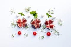 Γενικά έξοδα της σύνθεσης τροφίμων με τα σύκα, κεράσι ντοματών, mozzare Στοκ εικόνα με δικαίωμα ελεύθερης χρήσης