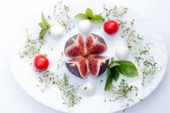 Γενικά έξοδα της σύνθεσης τροφίμων με το σύκο, κεράσι ντοματών, μοτσαρέλα Στοκ Φωτογραφίες