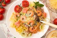 Γενικά έξοδα του πίνακα γευμάτων Ζυμαρικά tagliatelle με τις ψημένες στη σχάρα γαρίδες Στοκ Εικόνα