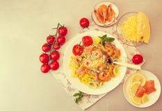Γενικά έξοδα του πίνακα γευμάτων Ζυμαρικά tagliatelle με τις ψημένες στη σχάρα γαρίδες Στοκ Εικόνες