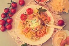 Γενικά έξοδα του πίνακα γευμάτων Ζυμαρικά tagliatelle με τις ψημένες στη σχάρα γαρίδες Στοκ φωτογραφία με δικαίωμα ελεύθερης χρήσης
