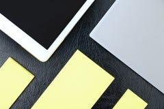Γενικά έξοδα του πίνακα γραφείων με το σημειωματάριο, PC ταμπλετών και κίτρινος όχι στοκ εικόνες