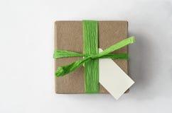Γενικά έξοδα του απλού καφετιού κιβωτίου δώρων με την πράσινη Raffia κορδέλλα και το Β στοκ εικόνες