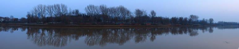 Γενική άποψη μιας λίμνης σε ένα πάρκο Στοκ Εικόνες