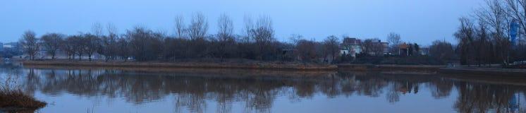Γενική άποψη μιας λίμνης σε ένα πάρκο Στοκ Εικόνα
