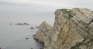 Γενική άποψη του τέλους ενός απότομου βράχου στη θάλασσα απόθεμα βίντεο