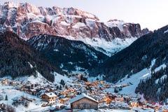 Γενική άποψη Selva με τα βουνά ομάδας Sella και το βουνό Sassolungo, Val Gardena, δολομίτες, Ιταλία στοκ εικόνες