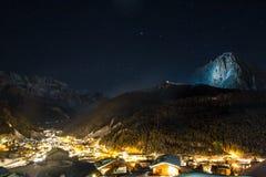 Γενική άποψη Selva με τα βουνά ομάδας Sella στο αριστερό και το βουνό Sassolungo στο δικαίωμα στο υπόβαθρο, Val Garde στοκ φωτογραφία