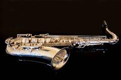 Γενική ιδέα Saxophone Κλασσικό όργανο Woodwind Jazz, μπλε, κλασικοί μουσική Saxophone σε ένα μαύρο υπόβαθρο Μαύρος καθρέφτης surf Στοκ Εικόνες