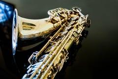 Γενική ιδέα Saxophone Κλασσικό όργανο Woodwind Jazz, μπλε, κλασικοί μουσική Saxophone σε ένα μαύρο υπόβαθρο Μαύρος καθρέφτης surf Στοκ φωτογραφίες με δικαίωμα ελεύθερης χρήσης