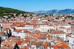 Γενική τοπ άποψη σχετικά με τη διασπασμένη πόλη - Δαλματία, Κροατία στοκ φωτογραφίες