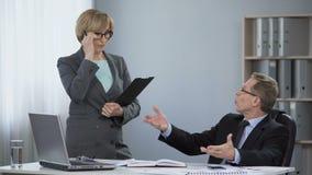 Γενικός διευθυντής που ρίχνει τα έγγραφα γύρω, μη επαγγελματική συμπεριφορά, εργασία πίεσης απόθεμα βίντεο