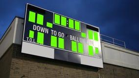 Γενικός πράσινος πίνακας βαθμολογίας οθόνης για μια ομάδα ποδοσφαίρου γυμνασίου ή κολλεγίων - πυροβολισμός τρίποδων απόθεμα βίντεο