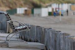 Γενικός πυροβολισμός ενός πάγκου και ξύλινων θέσεων στην παραλία Στοκ Εικόνες