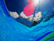 Γενικό λαστιχένιο παιχνίδι ψαριών στην πισίνα, υποβρύχια άποψη Στοκ εικόνες με δικαίωμα ελεύθερης χρήσης