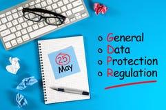 Γενικό κανονισμός προστασίας δεδομένων ή GDPR - σημειώστε στο μπλε γραφείο με τις προμήθειες γραφείων στοκ εικόνες