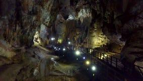Γενικό πανόραμα της σπηλιάς που προσαρμόζεται για τους τουρίστες απόθεμα βίντεο