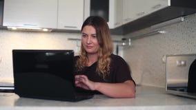 γενικό σχέδιο Μια όμορφη νέα γυναίκα κουβεντιάζει στο Διαδίκτυο στο σπίτι φιλμ μικρού μήκους
