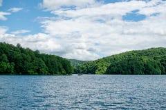 Γενικό τοπίο της μεγαλύτερης λίμνης στο φυσικό πάρκο όπου μπορείτε να δείτε δύο βάρκες τους τουρίστες στοκ εικόνες