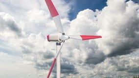 Γεννήτρια αέρα σε ένα κλίμα των όμορφων σύννεφων, η έννοια της χρησιμοποίησης των εναλλακτικών μεθόδων πηγών ενέργειας φιλμ μικρού μήκους