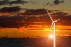Γεννήτρια αέρα σε ένα υπόβαθρο του ουρανού ηλιοβασιλέματος στοκ εικόνες