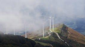 Γεννήτριες στροβίλων ανεμόμυλων που παράγουν τις ανανεώσιμες ενέργειες αιολικής ενέργειας στο πάρκο αέρα, βιντεοσκοπημένες εικόνε απόθεμα βίντεο