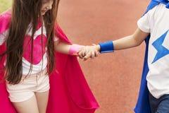 Γενναία έννοια κοστουμιών φαντασίας κοριτσιών αγοριών Superhero Στοκ Εικόνα