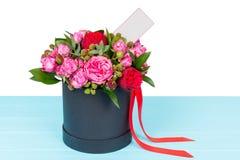 Γενναία ανθοδέσμη των ρόδινων και κόκκινων τριαντάφυλλων με μια κενή ετικέττα δώρων με Στοκ Εικόνα