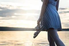 Γενναία και βέβαια γυναίκα στο φόρεμα που απολαμβάνει το όμορφο ηλιοβασίλεμα Στοκ εικόνα με δικαίωμα ελεύθερης χρήσης
