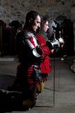 Γενναίοι ιππότες που προσεύχονται στην παλαιά εκκλησία πριν από τη μάχη στοκ φωτογραφίες