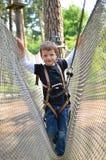 Γενναίο μικρό παιδί στο πάρκο περιπέτειας Στοκ Εικόνα