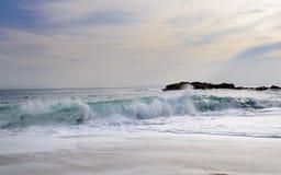 Γενναίο παράκτιο τοπίο θάλασσας με τα κύματα που σπάζουν στην παραλία Κόστα Μπράβα στοκ φωτογραφίες με δικαίωμα ελεύθερης χρήσης