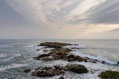 Γενναίο παράκτιο τοπίο θάλασσας με τα κύματα που σπάζουν στους βράχους, παραλία Κόστα Μπράβα στοκ εικόνες με δικαίωμα ελεύθερης χρήσης