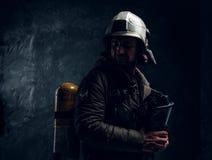 Γενναίο lifeguard με το κράνος και τη μάσκα οξυγόνου στοκ εικόνες
