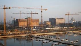 Γερανοί έργου υπό κατασκευή στο λιμάνι ή το λιμένα στην προκυμαία φιλμ μικρού μήκους