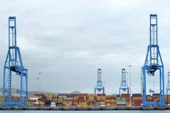 Γερανοί και εμπορευματοκιβώτια στην αποβάθρα Στοκ φωτογραφία με δικαίωμα ελεύθερης χρήσης