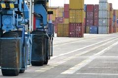 Γερανοί και εμπορευματοκιβώτια στην αποβάθρα Στοκ Εικόνα