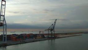Γερανοί και εμπορευματοκιβώτια στο θαλάσσιο λιμένα Βαρκελώνη Ισπανία απόθεμα βίντεο