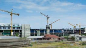 Γερανοί και εργασία που λειτουργούν στο μεγάλο χρονικό σφάλμα εργοτάξιων οικοδομής απόθεμα βίντεο