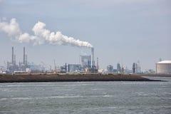 Γερανοί και λιμάνι Ρότερνταμ, μεγαλύτερος θαλάσσιος λιμένας εγκαταστάσεων παραγωγής ενέργειας της Ευρώπης Στοκ φωτογραφίες με δικαίωμα ελεύθερης χρήσης