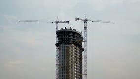 Γερανοί και ουρανοξύστης απόθεμα βίντεο