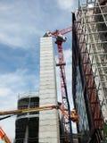 Γερανοί και σε ένα μεγάλο εργοτάξιο οικοδομής Στοκ Φωτογραφία