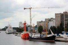 Γερανοί και σκάφη κατασκευής στο λιμένα Kaliningrad Ρωσία Στοκ Εικόνα