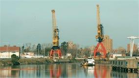 Γερανοί και σκάφος στον ποταμό Μπουένος Άιρες, Αργεντινή Riachuelo απόθεμα βίντεο