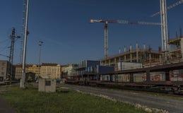Γερανοί και τραίνο φορτίου κοντά στον κύριο σταθμό στην Πράγα Στοκ Φωτογραφία