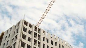 Γερανοί κατασκευής για να στηριχτεί σε ένα υπόβαθρο του μπλε ουρανού με τα άσπρα σύννεφα φιλμ μικρού μήκους