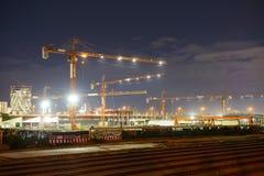 Γερανοί κατασκευής σε ένα εργοτάξιο οικοδομής Στοκ Εικόνες