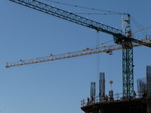 Γερανοί κατασκευής στην εργασία Στοκ φωτογραφία με δικαίωμα ελεύθερης χρήσης