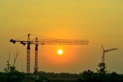 γερανοί κατασκευής το πρωί Στοκ Φωτογραφίες