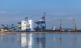 Γερανοί λιμένων και βιομηχανικά κτήρια Στοκ εικόνα με δικαίωμα ελεύθερης χρήσης